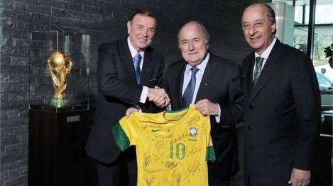 Em 2012, durante encontro do comitê organizador da Copa do Mundo do Brasil na sede da FIFA (Suíça), esses três aí aproveitaram para fazer uma reunião em separado.  Na foto: José Maria Marin (então Presidente e atual vice da CBF); Joseph Blatter (Presidente da FIFA); e Marco Polo del Nero (atual Presidente da CBF). Fonte: http://www.fifa.com/worldcup/news/y=2012/m=3/news=blatter-meets-marin-and-del-nero-zurich-1607837.html