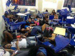 Estudantes protegem-se de tiroteio em escola no Complexo da Maré
